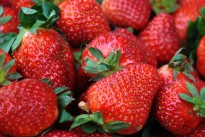 THE SKINNY ON STRAWBERRIES – 6 HEALTHY REASONS TO EAT THEM NOW